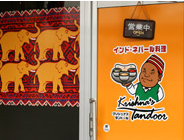 施工例ロゴ入りウィンドシート・店舗入口に効果的なインド・ネパール料理店のオリジナルウィンドシート