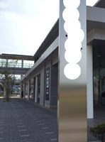 制作例店舗入口のタワー看板高級感のあるステンレス素材の店舗看板